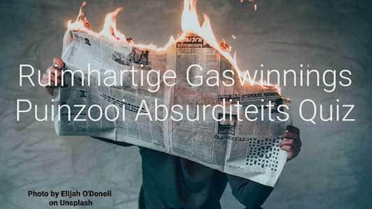 een brandende krant die door iemand vastgehouden wordt